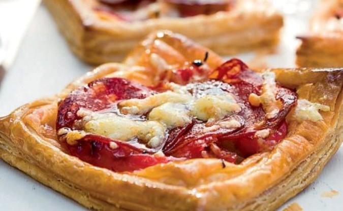 <p>Esta receta de hojaldre con tomate y queso es otra forma de comer pasta, sabrosa, fácil y rápida Esta receta de hojaldre con tomate y queso es otra forma de comer pasta, sabrosa, fácil y rápida.En dietas de pérdida de peso se puede incorporar a mediodía, es preferible no prepararla para cenar por su contenido [&hellip;]</p>